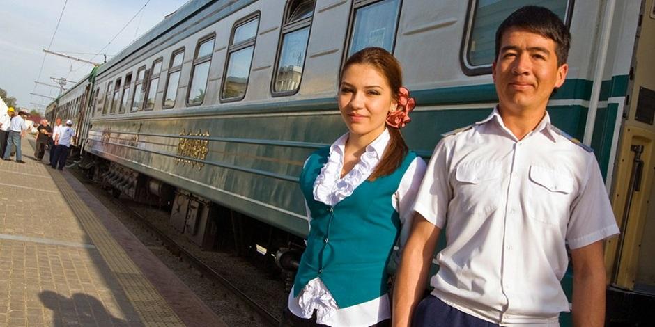 Personnel du Train Registan à quai